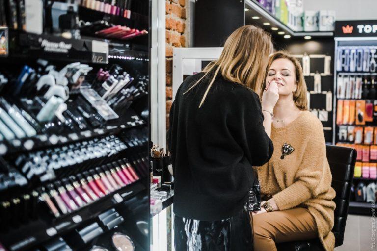 Kosmetyczka obsługująca klientkę