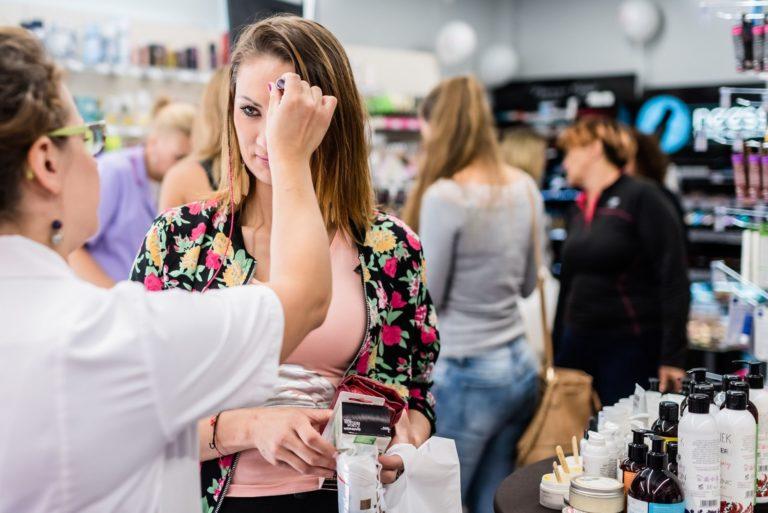 Sprzedawca proponujący kosmetyki